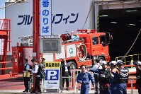 北海道での地震発生を受け、フェリーで函館に向かう青森県緊急消防援助隊の車両=青森市沖館で2018年9月6日午前10時9分、岩崎歩撮影
