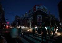 北海道胆振東部地震で停電が続き、暗闇に包まれるススキノ交差点=札幌市中央区で2018年9月6日午後6時半、貝塚太一撮影