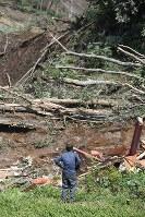 土砂崩れで倒壊した民家を前にたちすくむ男性=北海道厚真町で2018年9月6日午後0時55分、竹内幹撮影