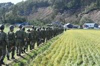 土砂崩れで倒壊した民家に捜索活動へ向かう自衛隊員=北海道厚真町で2018年9月6日午後1時49分、竹内幹撮影