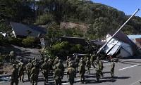 土砂崩れのあった民家の捜索活動をする自衛隊員=北海道厚真町で2018年9月6日午後2時、竹内幹撮影