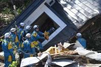 土砂崩れのあった民家の捜索活動をする警察官ら=北海道厚真町で2018年9月6日午後1時24分、竹内幹撮影