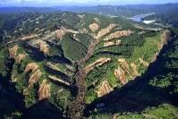 地震で発生した北海道厚真町の土砂崩れ現場=2018年9月6日午後4時25分、本社ヘリから