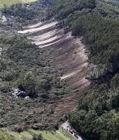 地震によって起きた土砂崩れが道をふさぐ=北海道厚真町吉野地区で2018年9月6日午後0時26分、本社ヘリから