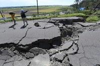 地震の影響で割れた道路=北海道厚真町で2018年9月6日午後0時3分、竹内幹撮影