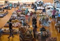 避難所で待機する地元のお年寄り=北海道厚真町で2018年9月6日午後4時10分、竹内幹撮影