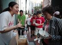 ススキノの飲食店の炊き出しに集まる外国人観光客ら=札幌市中央区で2018年9月6日午後5時21分、貝塚太一撮影
