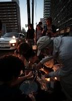 停電と断水が続く中、緊急用給水口に水を求める市民ら=札幌市中央区で2018年9月6日午後6時7分、貝塚太一撮影
