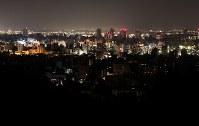 地域によって停電が続く札幌市内=札幌市中央区の旭山記念公園で2018年9月6日午後7時50分、貝塚太一撮影