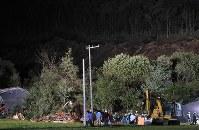 地震による土砂崩れで家が倒壊し、滝本天舞さん(17)の家族3人の捜索が続けられた現場=北海道厚真町で2018年9月6日午後7時29分、和田大典撮影