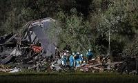 投光器を使い安否不明者の捜索を続ける警察官ら=北海道厚真町で2018年9月6日午後9時4分、竹内幹撮影