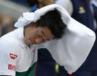 【男子シングルス準々決勝】タオルで汗を拭う錦織圭=AP