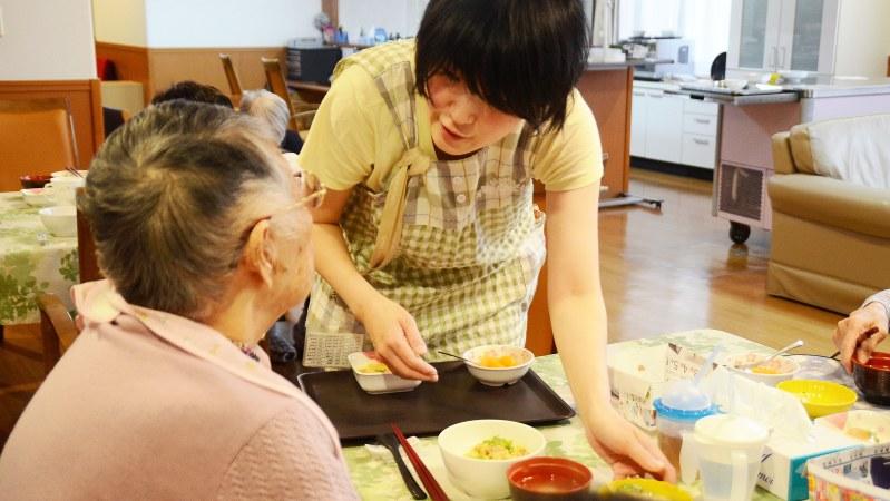 高齢者施設で食事介護をする職員