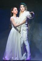 愛を確かめ合う黄泉の帝王トート(珠城りょう)と皇后エリザベート(愛希れいか)=宝塚大劇場で