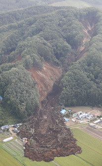 A large landslide caused by an earthquake is seen from a Mainichi Shimbun aircraft in the town of Atsuma, Hokkaido, on Sept. 6, 2018. (Mainichi)