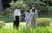 Prince Hisahito, center, relaxes with Princess Mako, left, and Princess Kako, right, at the Akasaka Estate in Tokyo's Minato Ward on Aug. 10, 2018. (Photo courtesy of the Imperial Household Agency)
