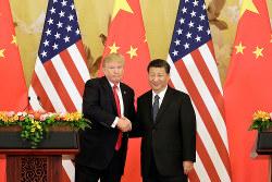 米トランプ大統領(左)は、中国に対し厳しい目を向け始めた(Bloomberg)
