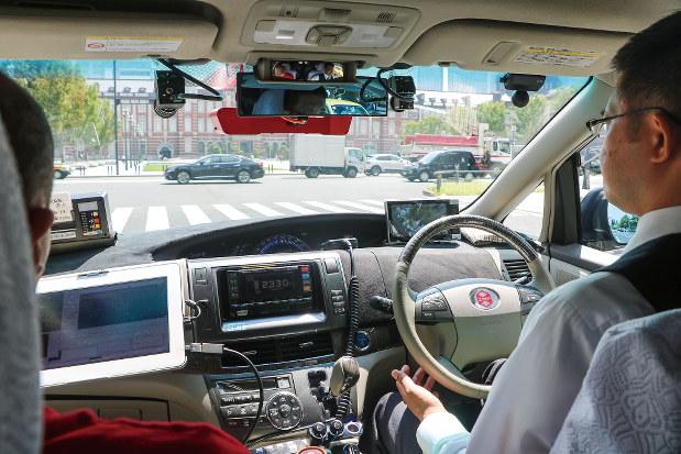 都内を走る自動運転タクシーの車内(編集部撮影)