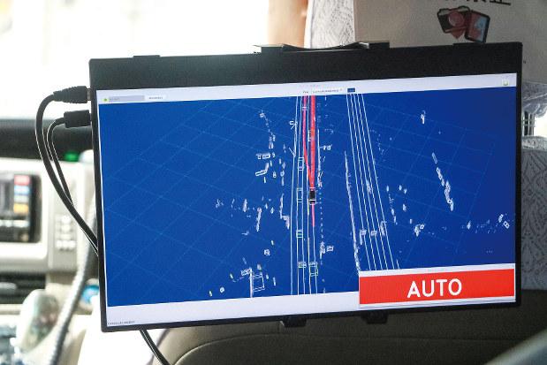 モニターに道路上の自車位置と走行予定の車線、他車の位置が映し出される