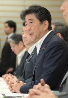 Prime Minister Shinzo Abe speaks at a meeting of Cabinet ministers concerned about the massive earthquake that struck Hokkaido at the prime minister's office in Tokyo's Chiyoda Ward, on Sept. 7, 2018. (Mainichi)