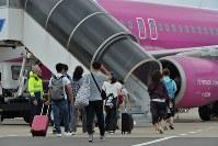 国内線の運航が一部再開され、飛行機に乗り込む人たち=関西国際空港で2018年9月7日午前11時36分、山田尚弘撮影