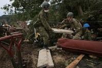 地震による土砂崩れが起きた現場で安否不明者を捜索する自衛隊員=北海道厚真町で2018年9月7日午前6時26分、和田大典撮影