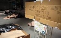 札幌駅前通地下広場「チ・カ・ホ」で一夜を明かす人たち。市が一部を開放し毛布や水を用意した=札幌市中央区で2018年9月7日午前5時半、貝塚太一撮影