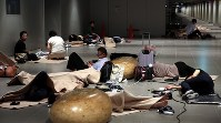 札幌駅前通地下広場「チ・カ・ホ」で一夜を明かす人たち。市が一部を開放し毛布や水を用意した=札幌市中央区で2018年9月7日午前5時37分、貝塚太一撮影
