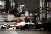 札幌駅前通地下広場「チ・カ・ホ」で一夜を明かす人たち。市が一部を開放し毛布や水を用意した=札幌市中央区で2018年9月7日午前5時28分、貝塚太一撮影
