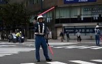 停電で信号機が復旧せず、手信号で交通整理する警察官=札幌市中央区で2018年9月7日午前5時44分、貝塚太一撮影