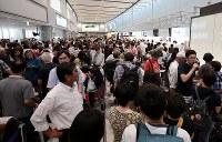 国内線の運航が再開するも多くの人たちで混雑する新千歳空港の出発便カウンター=北海道千歳市で2018年9月7日午後2時1分、貝塚太一撮影