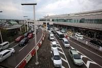 国内線の運航が再開するも多くの車で混雑する新千歳空港=北海道千歳市で2018年9月7日午後1時半、貝塚太一撮影