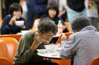 地元商店が寄付した食材で商工会が作った豚汁を食べる被災者=北海道厚真町で2018年9月7日午後6時52分、貝塚太一撮影