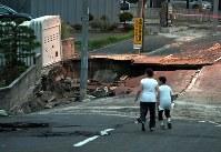 液状化現象のため陥没した道路=札幌市清田区で2018年9月7日午後6時2分、竹内幹撮影