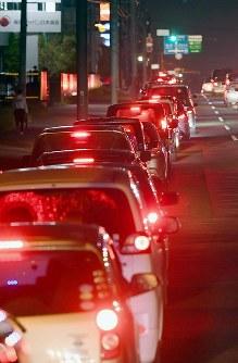 給油をするためガソリンスタンドに行列する車=札幌市清田区で2018年9月7日午後6時40分、竹内幹撮影