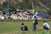 土砂崩れで倒壊した家屋の捜索活動を見守る家族ら=北海道厚真町で撮影2018年9月7日午前11時47分、竹内幹撮影