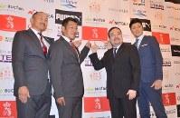 eスポーツチーム「STAND UP UNITED」の監督に就任した岡山哲也氏(左から2人目)とヘッドコーチに就任した秋田豊氏(左)=名古屋市中区で2018年9月6日、梶原遊撮影