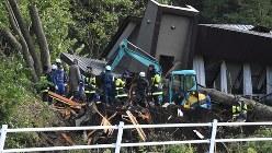地震による土砂崩れの被害を受けた民家で活動する消防隊員ら=北海道厚真町で2018年9月6日午前7時29分、竹内幹撮影