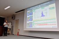 西日本豪雨について報告する高知大防災推進センターの原忠教授=高知市曙町2の同大で、松原由佳撮影