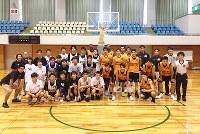 練習試合をしたBリーグ金沢武士団の選手たちと一緒に=同チーム提供