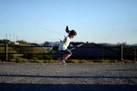 高台に再建した自宅前で、元気よく縄跳びをする及川真乃愛さん=宮城県南三陸町で2018年6月22日、喜屋武真之介撮影