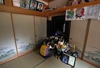 毎朝仏壇にあいさつしてから登校する真乃愛さん。手前と上右端は真さんの写真=宮城県南三陸町で2018年7月20日、喜屋武真之介撮影
