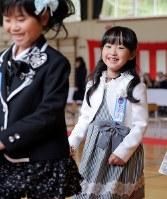 小学校の入学式ではにかむ及川真乃愛さん=宮城県南三陸町で2018年4月9日、喜屋武真之介撮影