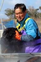 収穫したワカメを海水でゆでる祖父の及川健さん=宮城県南三陸町で2017年4月2日、喜屋武真之介撮影