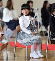 小学校の入学式ではにかむ及川真乃愛さん(7)。1年生は全員顔なじみだが、初めての学校生活にやや緊張した様子だった=宮城県南三陸町で2018年4月9日、喜屋武真之介撮影