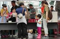 避難所前で炊き出しの食べ物を受け取る被災者=北海道厚真町で2018年9月8日午前8時10分、長谷川直亮撮影