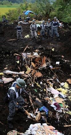 警備犬を使って安否不明者の捜索をする自衛隊員=北海道厚真町で2018年9月8日午前7時45分、貝塚太一撮影