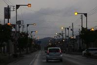 電気が通り街灯が光る市街地=北海道厚真町で2018年9月8日午前5時46分、貝塚太一撮影
