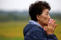 祈るように捜索現場を見つめる安否不明者の親族=北海道厚真町で2018年9月8日午前9時、貝塚太一撮影