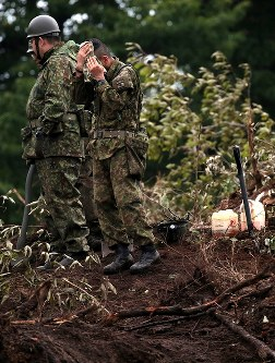 安否不明者の捜索現場で汗をぬぐう自衛隊員=北海道厚真町で2018年9月8日午前6時45分、貝塚太一撮影